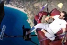 Photo of আকাশে সোফায় বসে টিভি দেখছেন তুর্কি তরুণ (ভিডিও)